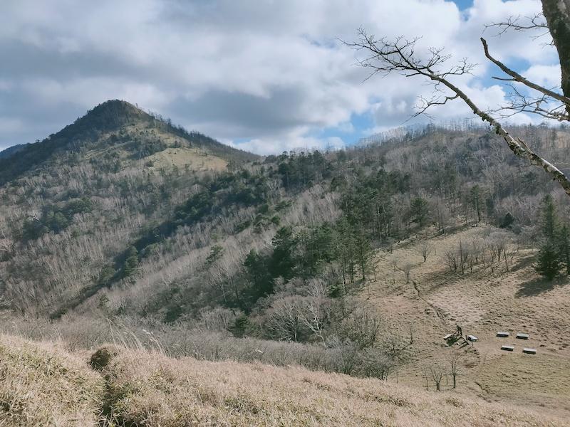雁峠とこれから急登を登る笠取山