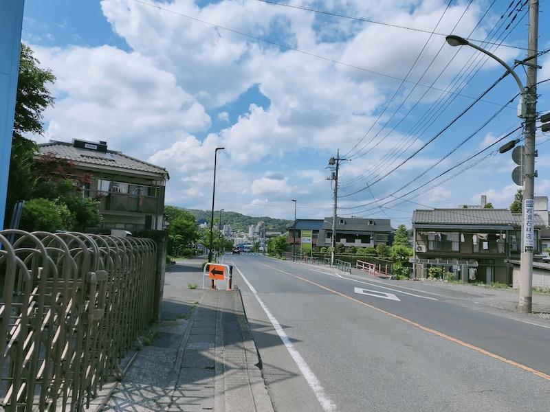 青梅駅に続く道