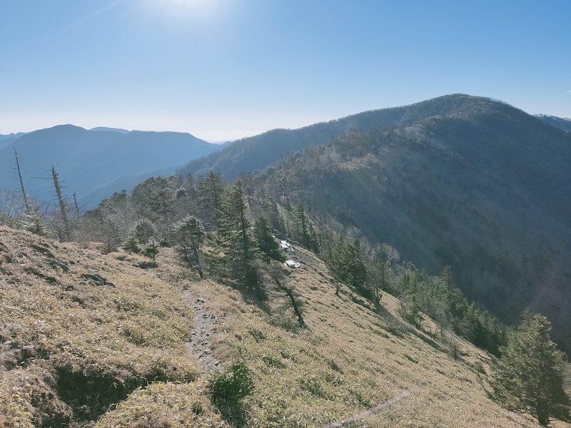 雁坂嶺から下りながら見る雁坂峠